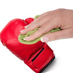 Limpiar guantes de boxeo con paño húmedo